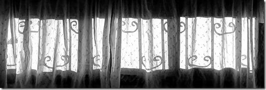 """""""החלון הפונה אל הרחוב מחופה בוילון לבן"""""""