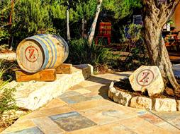 אבן וחבית עם הטבעת סמל היקב - האות Z
