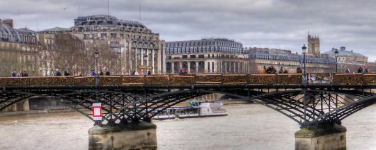 נפילת אלמונית מהגשר למימי נהר הסן גררה את ז'אן־בָּטיסט קְלַָמַנְס אל מסלול הנפילה שלו