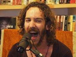 איתמר בק ופקידי הקבלה מצלמים לייב סשן בגולדמונד ספרים המחודש בשוק תלפיות בחיפה בשבת בצוהריים